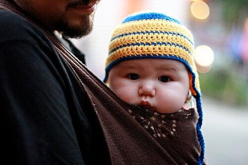 Bambino in una fascia