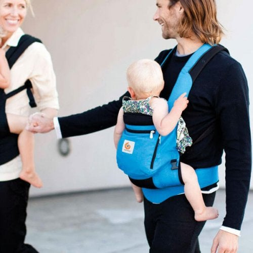 Mamma e papà con dei porta-bebè