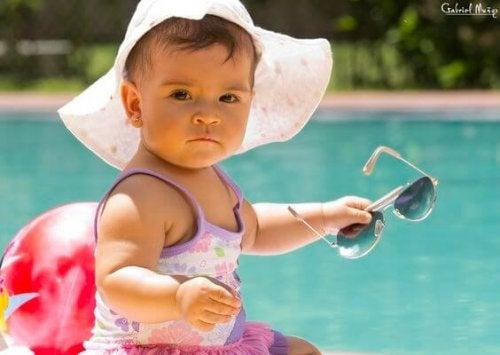 Quando facciamo prendere il sole ai bambini, è necessario assumere alcune precauzioni