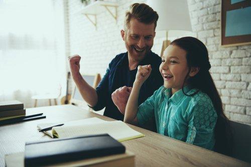 bambina che ride mentre gioca con il padre