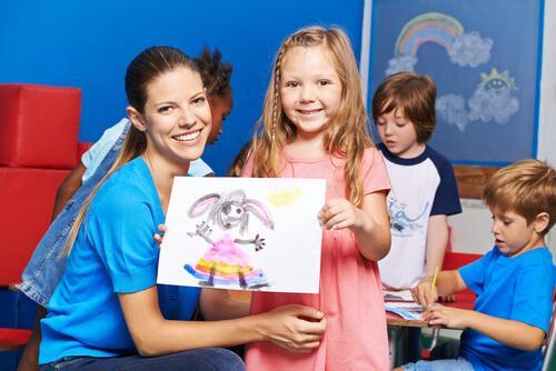 bambina con maestra mostra disegno