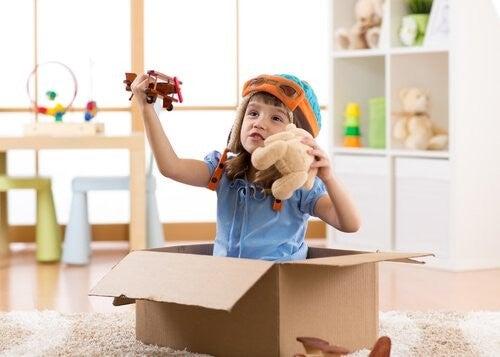 Bambina mentre gioca con giocattoli DIY