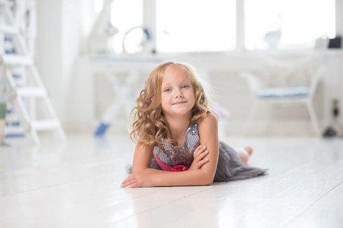 bambina sdraiata sul pavimento