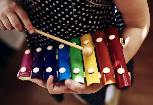 Tra i giochi musicali per bambini rientrano anche gli strumenti, come lo xilofono