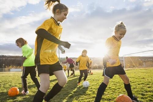 bambine che giocano a calcio
