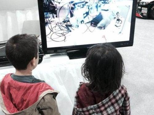 bambini che guardano televisione