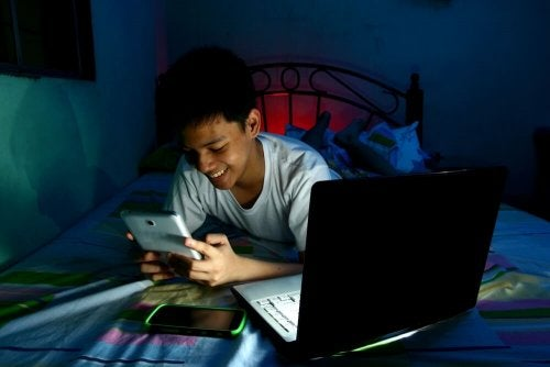 bambino con tablet sul letto dorme tardi