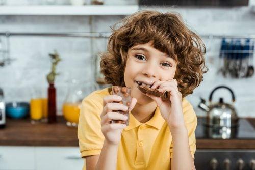 bambino che mangia cioccolato