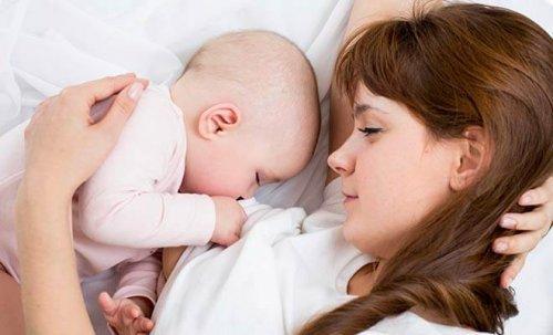 bambino che prende il latte dalla mamma