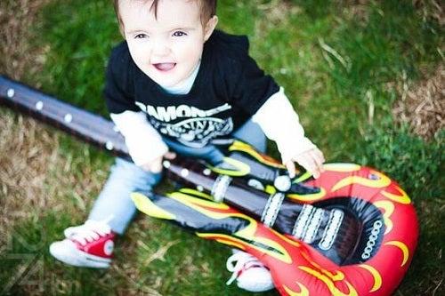 La chitarra: lo strumento capace di svegliare la sua intelligenza