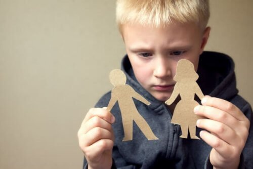bambino con figure di carta in mano