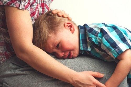 Un bambino che soffre di mammite piange, urla e vuole solo la mamma