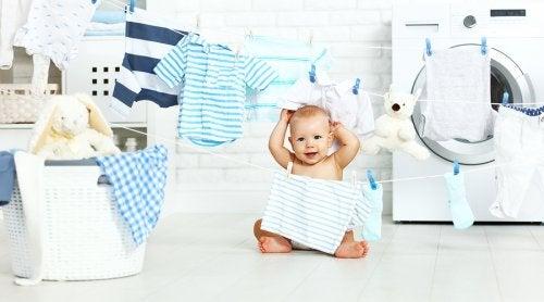 Un altro ottimo modo per usare i vestiti che non vanno più bene al bambino è rivenderli, a un prezzo più basso.