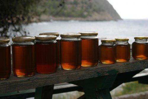 barattoli di miele su tavolo