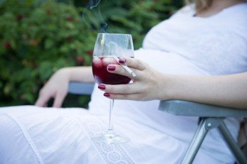 Abitudini poco salutari come l'alcol e il fumo possono provocare un aborto spontaneo