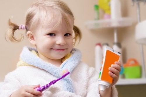 Una buona igiene orale è fondamentale per evitare la lingua a carta geografica