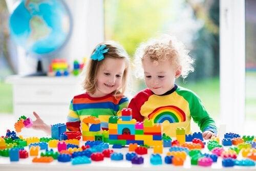 Le costruzioni sono uno dei giochi adatti a bambini di 2 anni poiché favoriscono lo sviluppo di capacità motorie