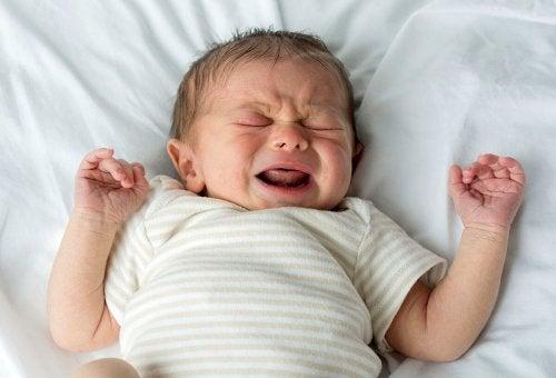 Coliche se i neonati piangono nel sonno