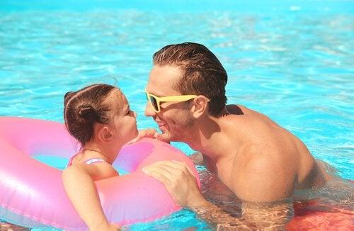 Padre e figlia in piscina