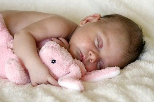 quando il bambino è molto piccolo, è bene non lasciarlo dormire con il peluche