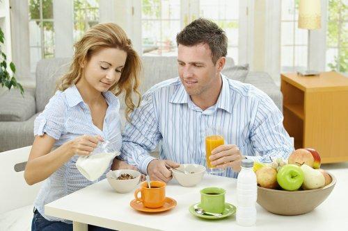 coppia che fa colazione insieme