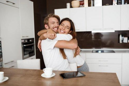 coppia che si abbraccia in cucina