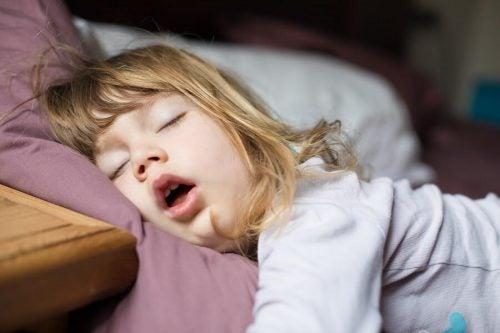 Cosa fare se mio figlio respira solo dalla bocca?