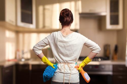 donna che pulisce cucina