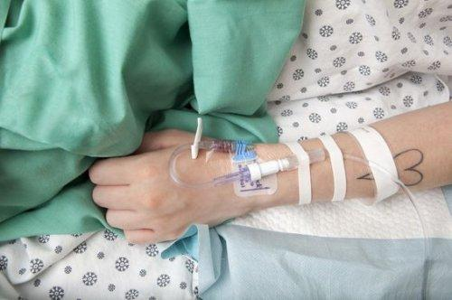 donna in ospedale con flebo