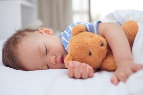 non è raro che i bambini vogliano dormire con il proprio pupazzo di peluche