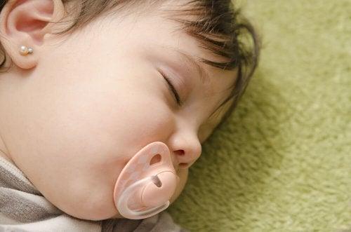 Bambino dorme con il ciuccio