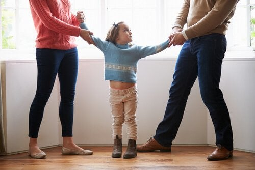 figlia in mezzo ai genitori