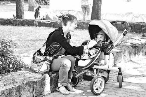 Giovane mamma con il suo primo figlio