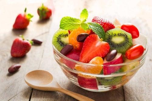 La frutta è uno degli alimenti da mangiare per aumentare le difese immunitarie dopo il parto.