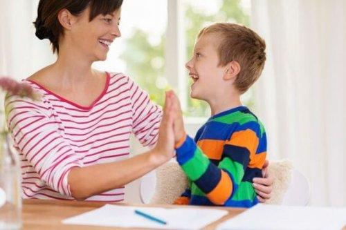 mamma che gioca con figlio sul tavolo