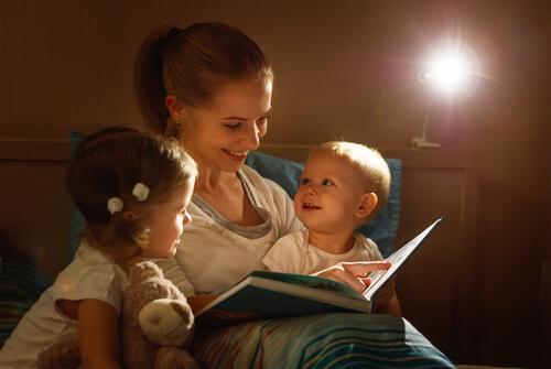 mamma che legge favola della buonanotte ai due figli