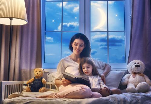 mamma che legge fiaba alla figlia