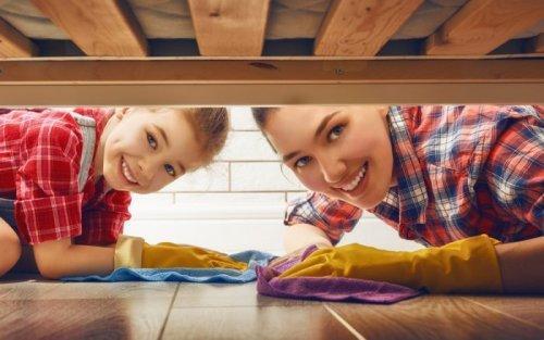 mamma e figlio che puliscono pavimento