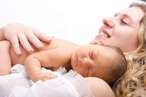 mamma sdraiata con bambino