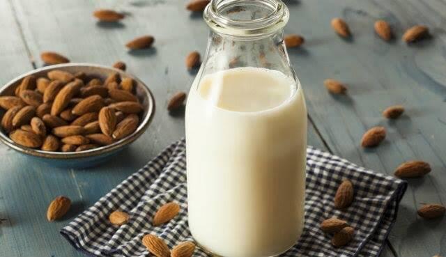 I molti benefici del latte di mandorle