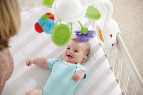 La giostrina da mettere sul lettino è uno dei più utili giochi per neonato.