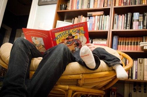 padre che legge fiaba al figlio sul divano