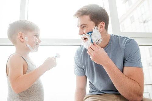 bambino e padre che si fanno la barba insieme
