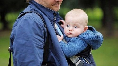 Il babywearing ergonomico: l'educazione tra le braccia che si assapora in famiglia