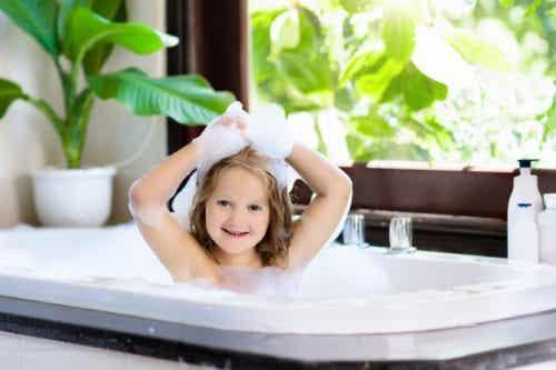 A che età il bambino può farsi il bagno da solo?