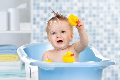 All'età di sette, otto anni i bambini possono farsi il bagno completamente da soli