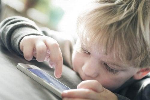 Ai bambini fa male trascorrere molto tempo di fronte allo schermo