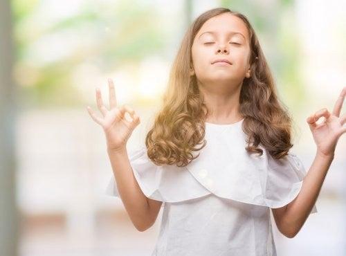 Bambina che pratica la respirazione