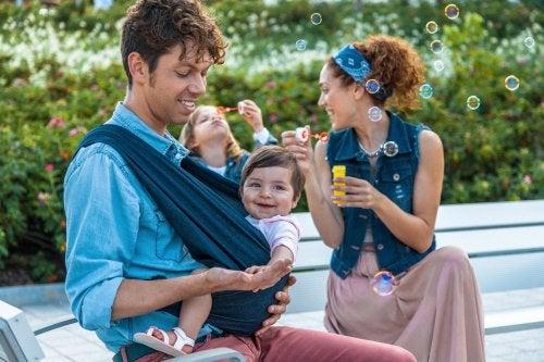 il babywearing favorisce la sintonia con il proprio bebè
