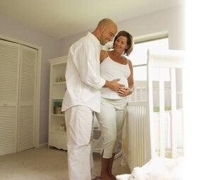Una delle cose da fare prima della fine del secondo trimestre di gravidanza è preparare la cameretta per il bambino.